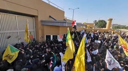 Cientos de militantes de Hezbollah asaltaron la embajada norteamericana en Bagdad el pasado 31 de diciembre (Reuters)