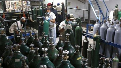 Personas desesperadas para recargar oxígeno (Pedro Rances Mattey / AFP)