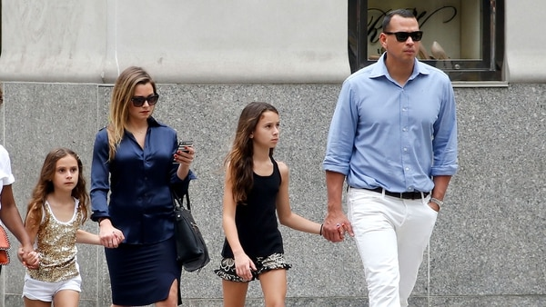 Alex y Cynthia Rodríguez junto a sus hijas (Grosby Group)