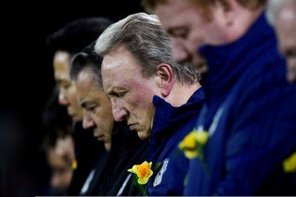 Neil Warnock, del Cardiff, durante el homenaje que le hizo el club al argentino en un partido oficial Foto: REUTERS/Rebecca Naden