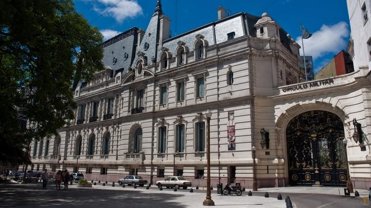 El Palacio Paz se encuentra frente a la Plaza San Martín, en el barrio porteño de Retiro