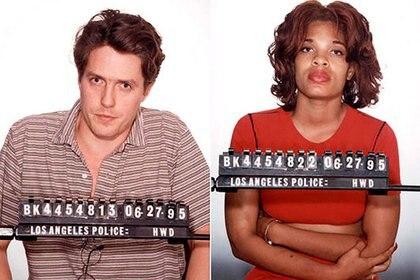 Hugh Grant y Divine Browne en las fotos como detenidos