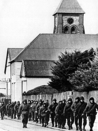 """Una patrulla del ejército argentino retorna a su base a través de una calle de """"Port Stanley"""", rebautizada como """"Puerto Argentino""""."""