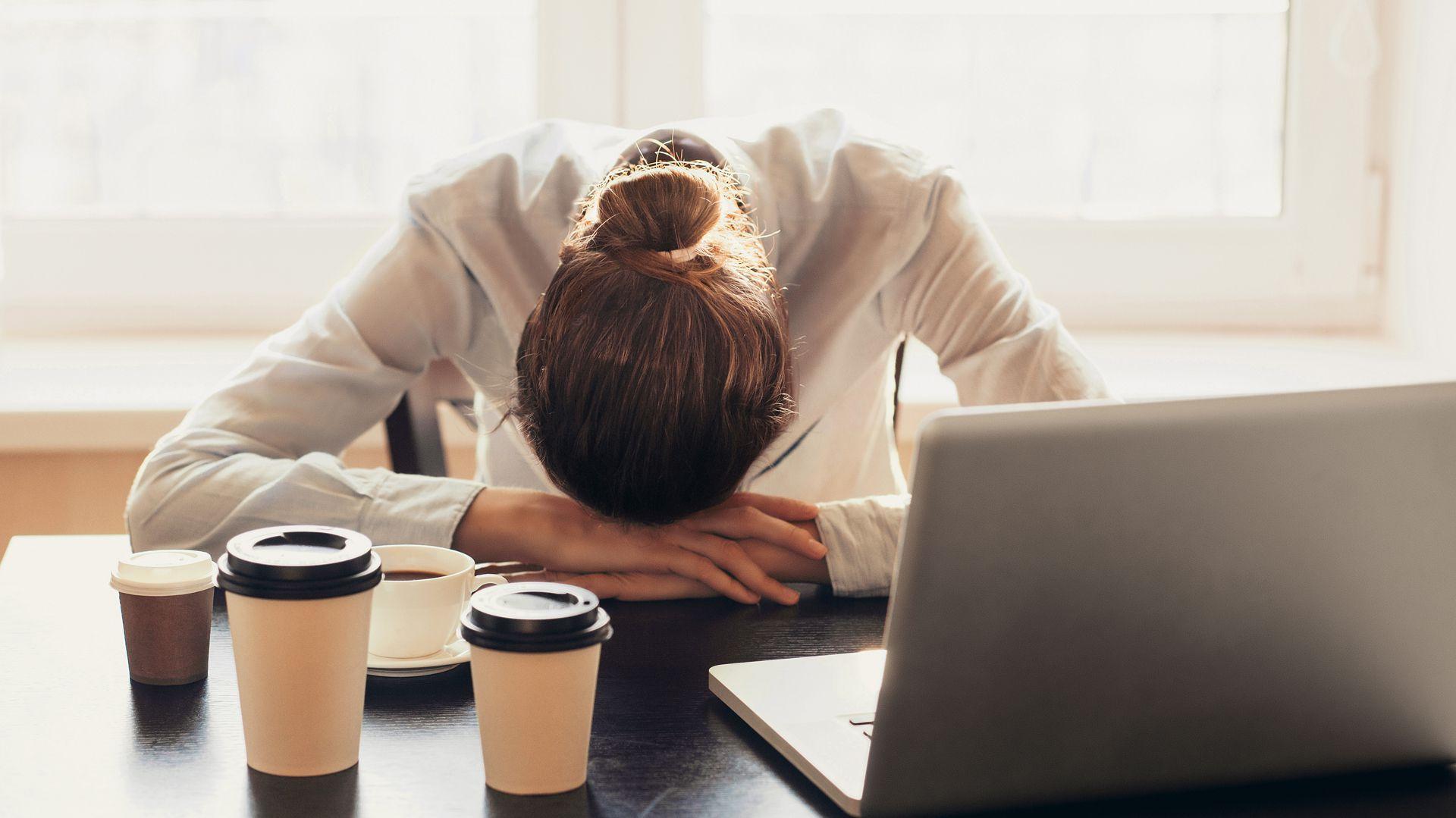 Durante la pandemia, las mujeres duermen una hora menos por día que los hombres y dedican una hora y media menos que ellos al trabajo remunerado (Shutterstock)