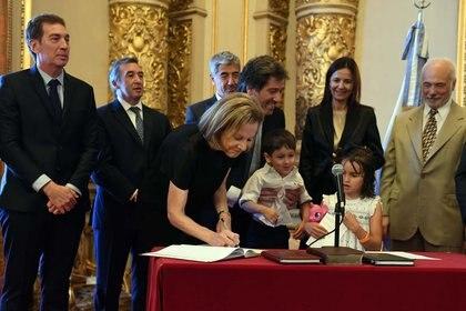 Inés Weinberg de Roca firmando el acta, que también quiso firmar Bautista, el hijo de cuatro años de Mahiques.