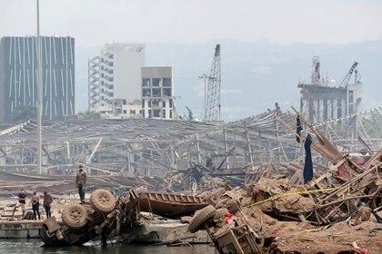 Personas en el lugar devastado por la explosión en el puerto  de Beirut, El Líbano. 6 de agosto, 2020. Thibault Camus/Pool via REUTERS