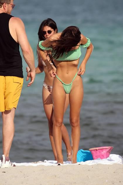 La modelo Emily Ratajkowski mostró su increíble cuerpo en un pequeño bikini verde mientras se relajaba con su esposo Sebastian Bear-McClard y unos amigos en una playa de Miami (The Grosby Group)