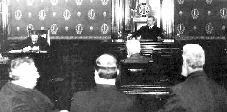 En 1911, Ignacio Albarracín (en el centro) fue juzgado por desacato a la autoridad.