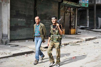 Quirico con un rebelde sirio