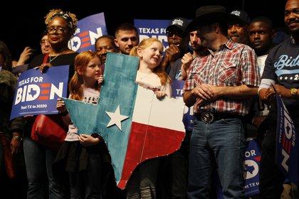 Partidarios demócratas asisten a una manifestación en favor de Biden en Dallas, Texas (REUTERS/Elizabeth Frantz)