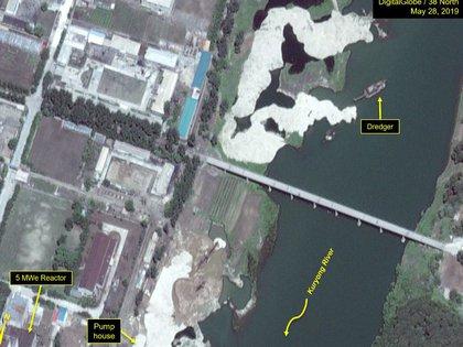 Una draga, barcaza utilizada para excavar bajo el agua, trabajando en el río Kuryong y frente al reactor (Digital Globe/38 North)