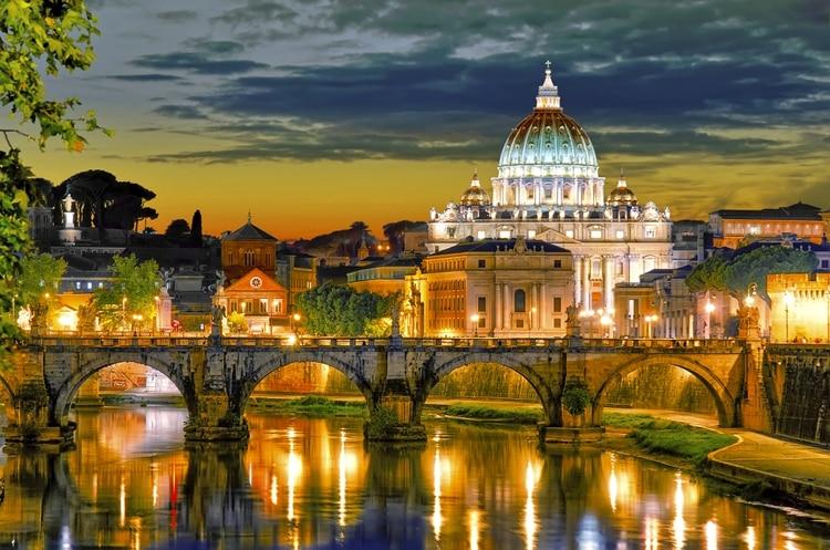 Además de albergar a casi 50 multimillonarios , Italia alberga muchos destinos frecuentados por los súper ricos , incluida la costa de Amalfi, Portofino, Positano, Capri, Cinque Terre, Milán y Venecia