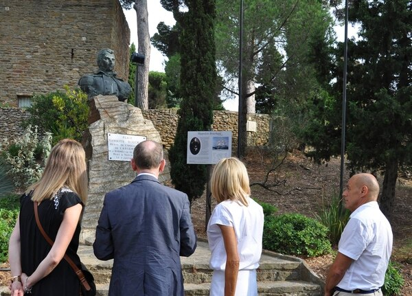 La Primera Dama de Francia se detuvo frente al Monumento a Bouchard, en su recorrida por Bormes-les-Mimosas, comuna a la cual pertenece la residencia de verano de los presidentes