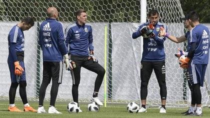 Franco Armani, Wilfredo Caballero y Nahuel Guzmán, los tres arqueros del plantel argentino (AFP)