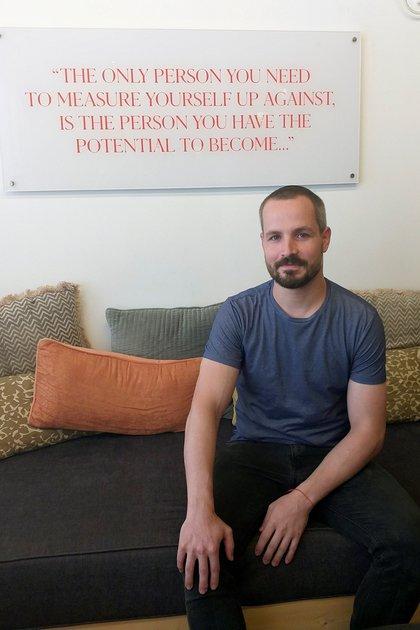 """Yonatan Langer posa junto a la frase """"la única persona con la que puedes compararte es aquella en la que puedes convertirte""""(EFE/ Pablo Duer)"""