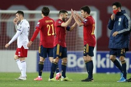 Jordi Alba y Eric García celebrando tras la ajustada victoria de España sobre Georgia en el partido del Grupo B de la eliminatoria europea rumbo a Qatar (Reuters)