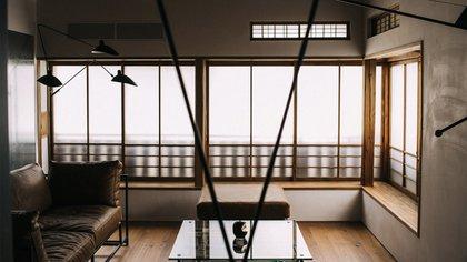 La casa de 60 años, incluso con placa de identificación, conserva la apariencia original para que coincida con las calles y edificios circundantes de Kagurazaka