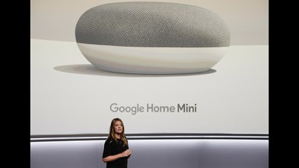 Google Home Mini es la versión pequeña del parlante inteligente de la compañía (Reuters)