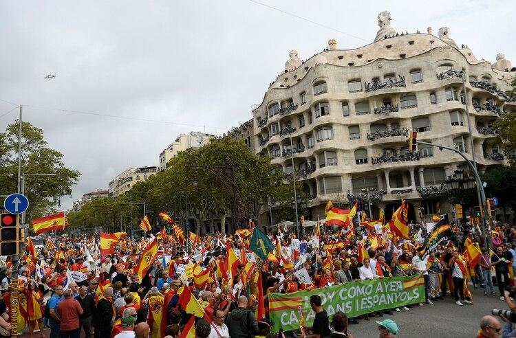 """Organizada por el grupo Movimiento Cívico España y Catalanes bajo el lema """"La Cataluña de todos"""", la manifestación discurrió por el elegante paseo de Gracia y terminó en la céntrica plaza Cataluña, llena de banderas de España (LLUIS GENE / AFP)"""