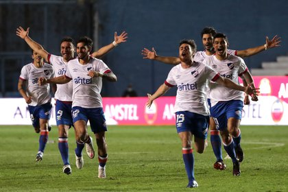 Jugadores de Nacional celebran luego de ganar la serie por penales frente a Independiente del Valle de Ecuadoren el estadio Gran Parque Central de Montevideo (EFE/Raúl Martínez)