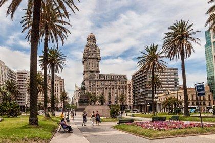 Según algunos tributaristas, la nueva ofensiva tributaria podría impulsar aún más el éxodo de argentinos a Uruguay (Shutterstock)