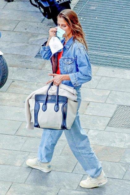"""Nicole Poturalski, la novia de Brad Pitt, participó de una sesión de fotos para una campaña. Su pareja fue noticia por el reencuentro virtual que tuvo con Jennifer Aniston, su ex esposa, en la lectura del guión de la película """"Fast Times At Ridgemont High"""" (Foto: Backgrid UK/The Grosby Group)"""