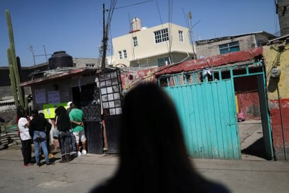 Vecinos empiezan a llegar a la casa de la menor donde será velada (Foto: Reuters/Edgard Garrido)