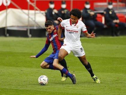 Pedri se retiró lesionado del campo en el duelo por liga ante el Sevilla (Reuters)