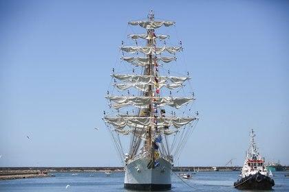 Desde buques comerciales hasta la Fragata Libertad, toda embarcación que entra o sale de un puerto necesita la asistencia de remolcadores (cristian Heith)