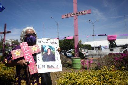 Irinea Buendía, muestra una fotografía de su hija Mariana Lima Buendía, su esposo dijo que se había suicidado y años después su madre logró reabrir la investigación y se descubrió que él fue el asesino, aún sigue prófugo Foto: (EFE/Sáshenka Gutiérrez)
