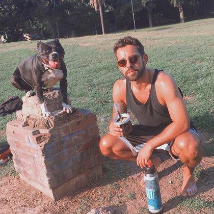 Agustín junto a su mascota (Instagram)