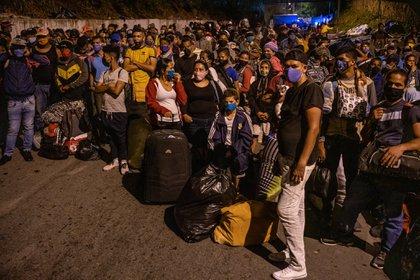 Cientos de venezolanos reunidos en Bucaramanga, Colombia, en su largo camino hacia casa (foto: Federico Rios para The New York Times)