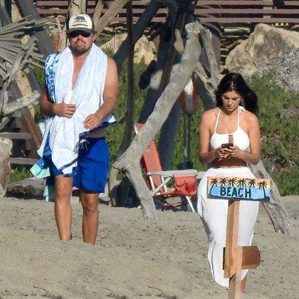 Leonardo DiCaprio y su novia argentina, Camila Morrone, disfrutan de sus vacaciones en las playas de Malibú, California. La pareja viajó hace más de un mes y allí disfrutan de sus días junto a un grupo de amigos, y también hubo lugar para los encuentros románticos (Fotos: The Grosby Group)