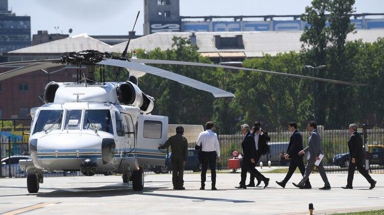 Alberto Fernández antes de subir al helicóptero presidencial que lo llevó hasta La Plata (foto: Maximiliano Luna)