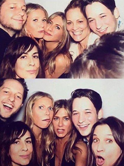Jennifer Aniston conalgunosde sus amigos, entre ellos la actriz Gwyneth Paltrow