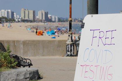 En la playa Revere, en Massachusetts, se ofrecen test de COVID-19 gratis - REUTERS/Brian Snyder