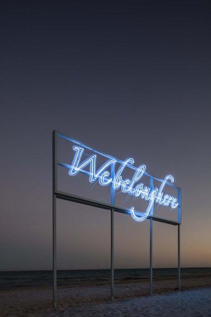 Tavares Strachan, ganador del Premio Frontier Art de 2018, ha creado We Belong Here, un nuevo trabajo de neón para Faena District. La frase es una afirmación y una pregunta velada que, al hacer referencia a la icónica señalización art decó de neón de Miami, es un reclamo de pertenencia que nos pide que volvamos a imaginar cómo definimos el lugar, y este lugar en particular. La señalización de neón de Strachan contextualiza a Miami como la ciudad estadounidense potencialmente esencial, dado su papel como un santuario o lugar de refugio para culturas y comunidades de todo el mundo, y como un puente entre América del Norte y del Sur (Cortesía Faena)