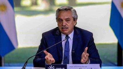 TELAM 14082020 Buenos Aires: El presidente Alberto Fernández anuncia desde la residencia de Olivos, las condiciones de la extensión del aislamiento social, preventivo y obligatorio para combatir la pandemia de coronavirus Covid-19. Aa