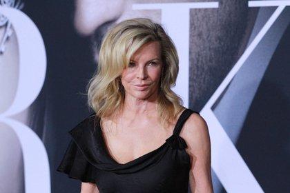 """Kim Basinger en la premiere de """"Fifty Shades Darker"""" en 2017 (Shutterstock)"""