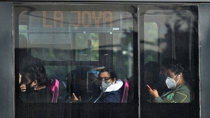 Personas con tapabocas viajan en el Metrobús de la CDMX (Foto: EFE)