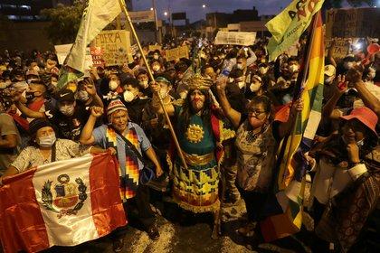Multitudinaria marcha en  contra de la destitución de Martín Vizcarra en Perú