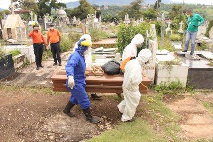 La oposición ha denunciado que existe un subregistro tanto en el dato de muertos como en el de contagiados y aseguró que, hasta el domingo, las cifras oficiales no incluían al menos 346 fallecidos por COVID-19. EFE/Johnny Parra/Archivo
