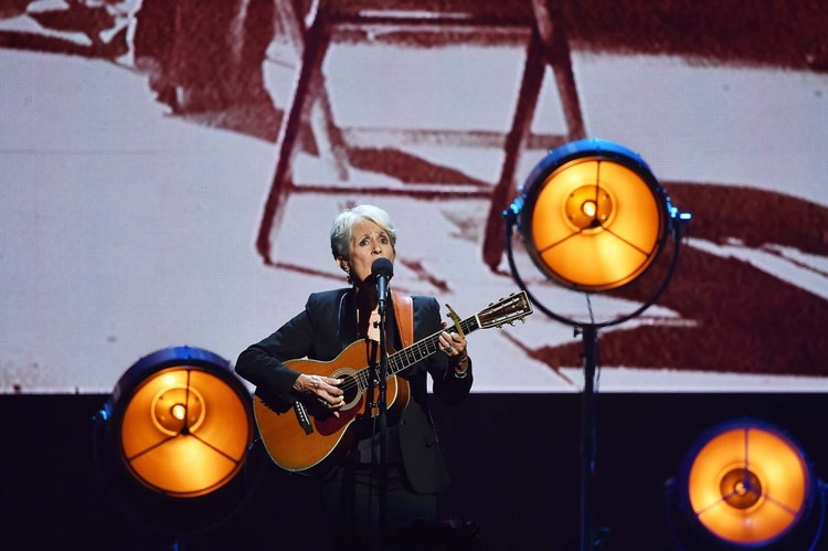 Joan Baez en 2017, durante la ceremonia de ingreso al Salón de la Fama del Rock and Roll (Shutterstock)