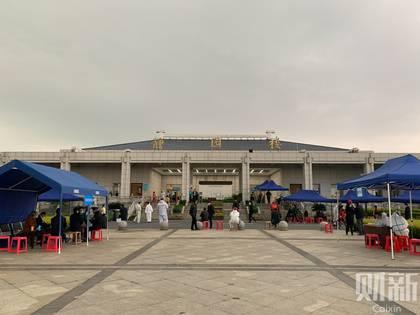Personas hacen fila para retirar las urnas de sus seres queridos muertos en Wuhan, la ciudad epicentro del brote de coronavirus (Caixin)