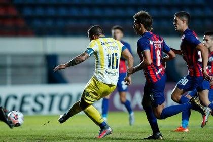 Emiliano Vecchio define de derecha para poner en ventaja a Rosario Central ante San Lorenzo (REUTERS/Agustin Marcarian).