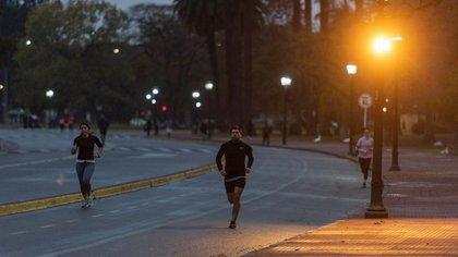 Muchos correrdores eligen el horario de la mañana para hacer el ejercicio físico (Adrián Escandar)