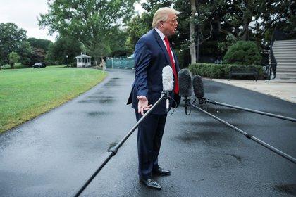 El presidente de los Estados Unidos Donald Trump habla con los reporteros cuando sale para un viaje a Florida desde el jardín sur de la Casa Blanca en Washington, EE.UU., el 31 de julio de 2020. (REUTERS)