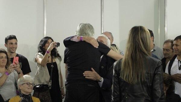 El abrazo con Coco Massad, padre del soldado Daniel Massad, a quien conoció en Londres cuando el músico fue distinguido con una Rosa por la Paz por su compromiso con la identificación de los caídos