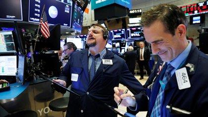 El Dow Jones se undió 2.000 puntos en la rueda, la caída diaria absoluta más amplia en Wall Street (Reuters)