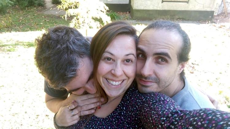 Cecilia y sus dos novios: Juan Pablo a la derecha, Sebastián a la izquierda. Viven juntos en una casa de Ranelagh.